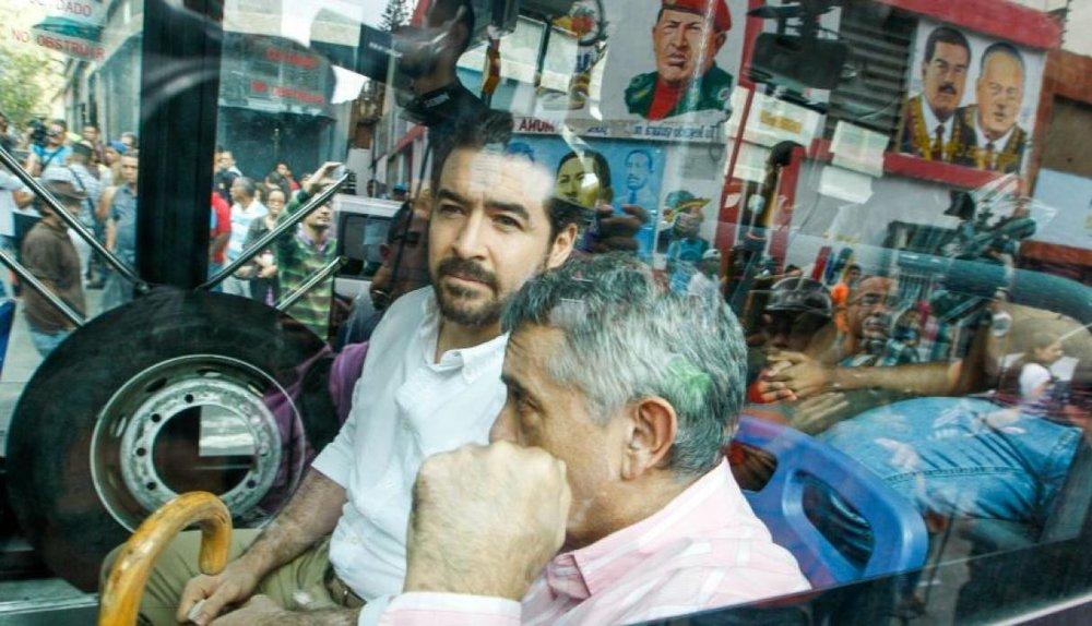 Former Mayor of San Cristóbal Daniel Ceballos and retired general Angel Vivas at the moment of their release.