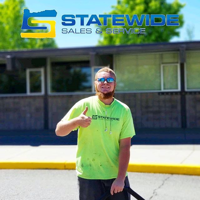 Dylan, prepping a lot and keeping it real. 😎 . . . . #coveryourasphalt #wemakeasphaltpretty #sealcoat #sealcoating #cracksealing #asphaltsealing #parkinglotmaintenance #standoutfromthecrowd #proffesional #detail #contractorsofinsta #contractor #southernoregon #roguevalley #stateofjefferson #medfordoregon #klamathfalls #grantspass