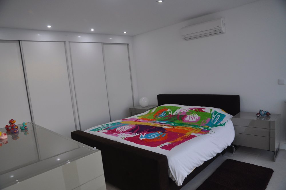 Master bedroom - The master bedroom has a King size bed, build in cabinets and a bathroom, foreseen with bathtub, walk-inn rain shower, double sink, toilet and bidet.