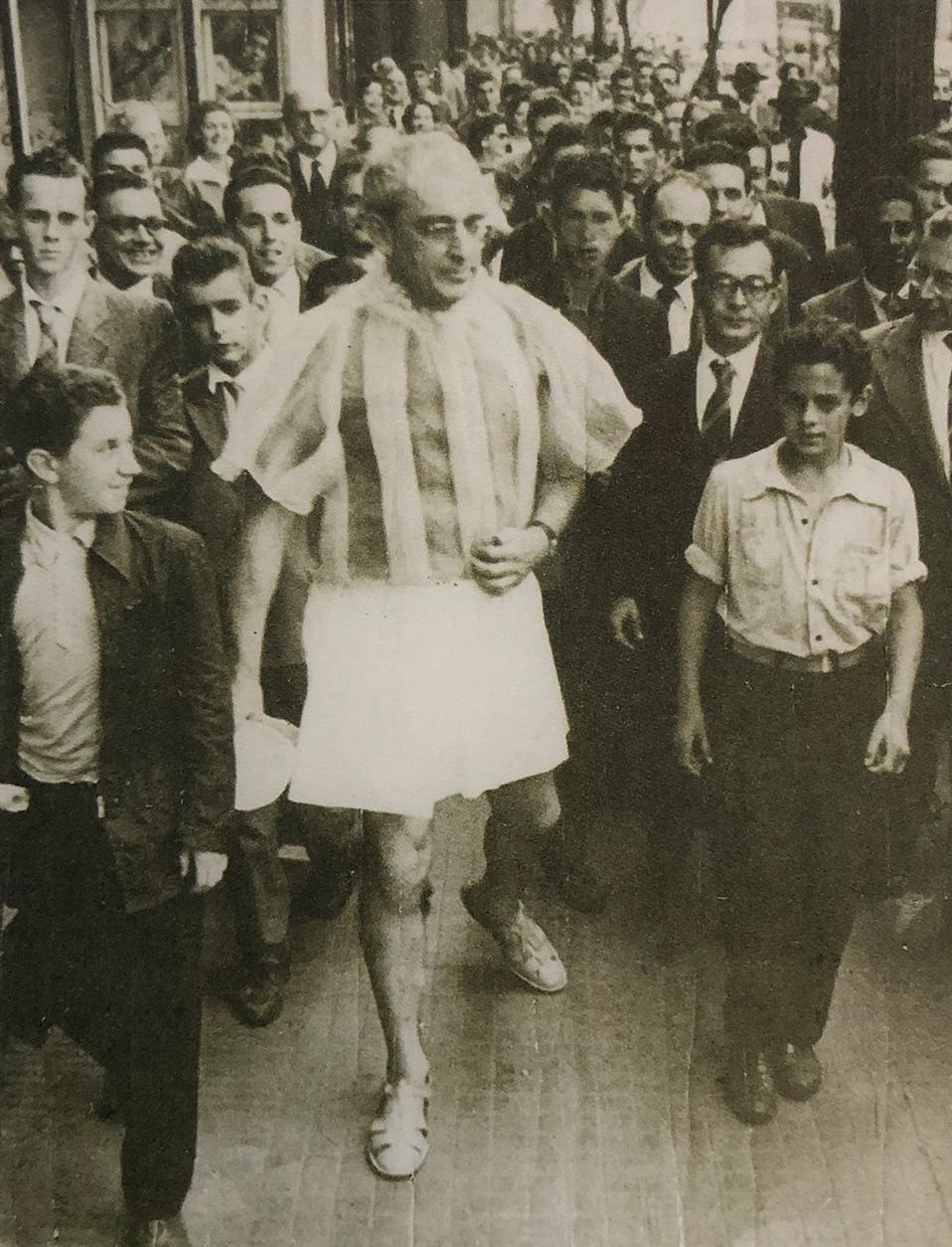 4.Flávio de Carvalho, in his 1956 New Look performing in the streets of São Paulo CEDAE Archives, Universidade de Campinas -UNICAMP - SP