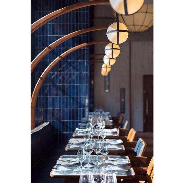 Sunday brunch in pure beauty. . . . #interiordesign #restaurantdesign #blue #midcenturymodern #sundaybrunch #designinspo