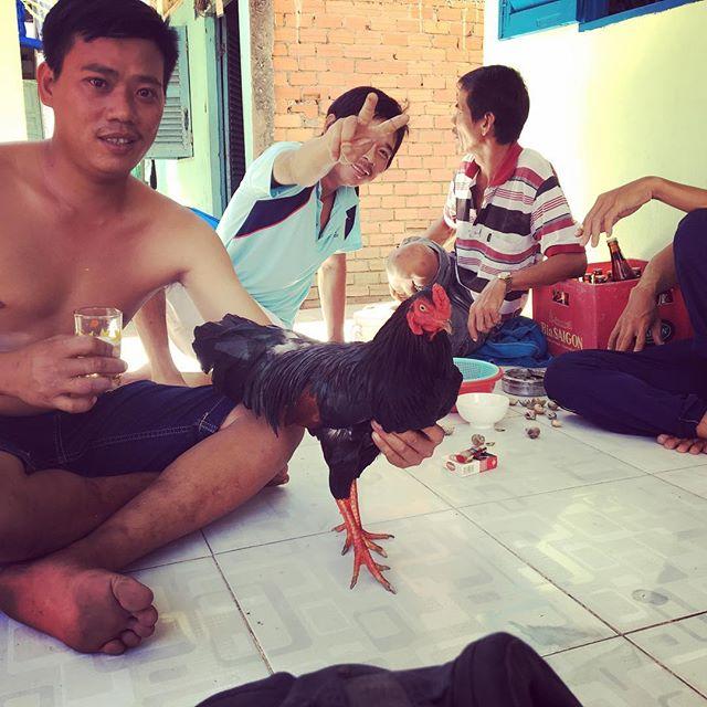Get to know your neighbors! Get rewarded with beer and chicken...#vietnamlife . . . . #lifestylebydesign #southeastasia #goexplore #workabroad #adventureseeker #workexploretravel #timeforachange #travel #travelling #roamtheplanet #worldtraveller #lovetotravel #asia #vietnam #instatravel #wanderlust #gapyear #wanderer #travelphotography #bestoftheday #eslteacher #esl #teachinasia #20hourworkweek #tefl #roadlesstravelled