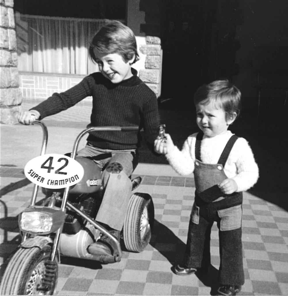 Ludovic et Régis les propriétaires actuels, ici enfant jouant sur la terrasse du bar dans les années 1976.