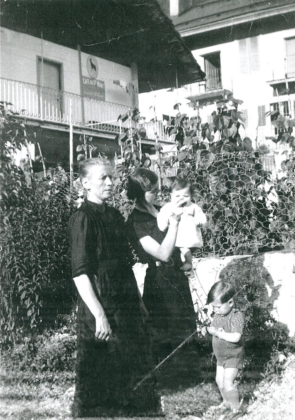"""Zénaide et Joséphine avec ces 2 premiers enfants devant l'hôtel en 1937, à l'époque le """"Café du Grand Mont"""""""