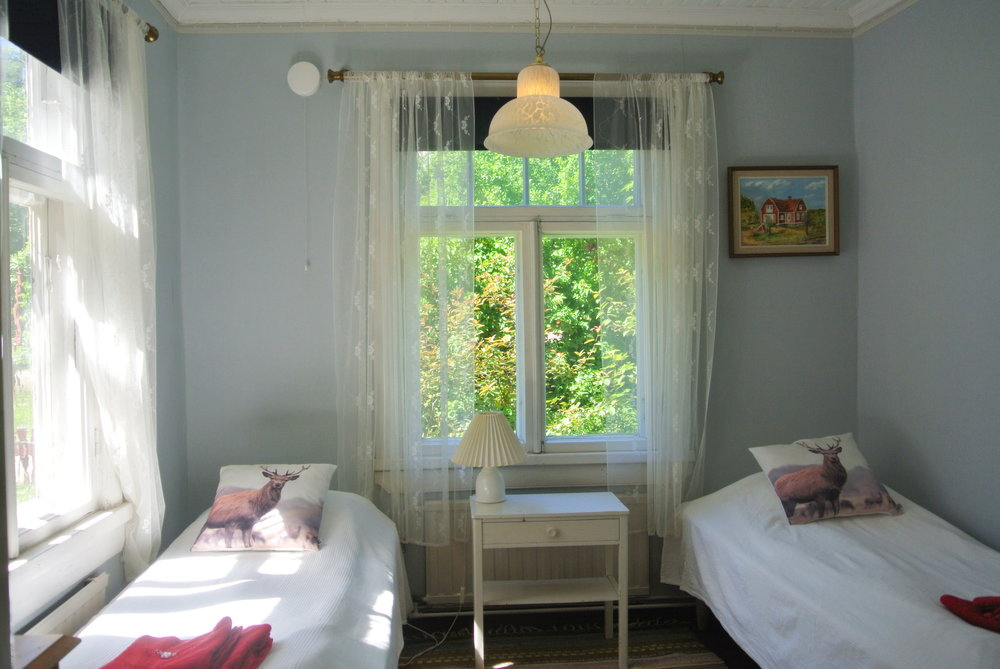Habitación Petite - Esta habitación es para dos personas.La habitación petite ha tenido muchas utilidades, ha sido un dormitorio, una habitación de invitados y un cuarto de costura. Es una habitación muy luminosa con una maravillosa vista a unos arbustos comunes de color lila y la carretera del pueblo