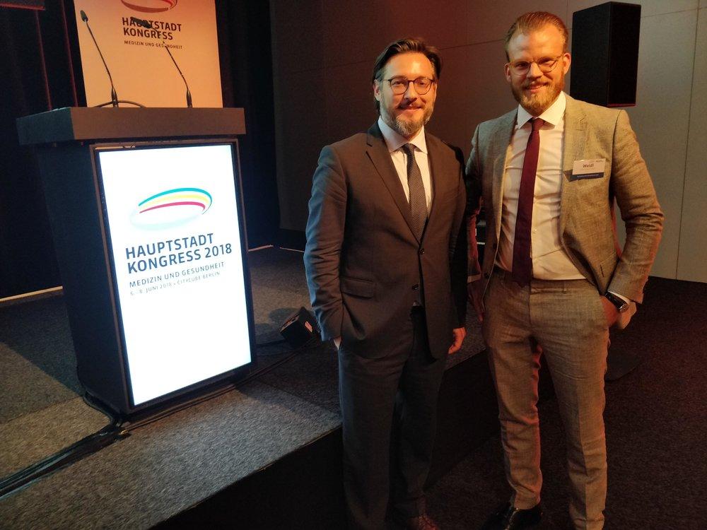 Prof. Dr. Sami Haddadin (links) und Maximilian Weidl von MED Leaders auf dem Hauptstadtkongress Medizin und Gesundheit 2018.
