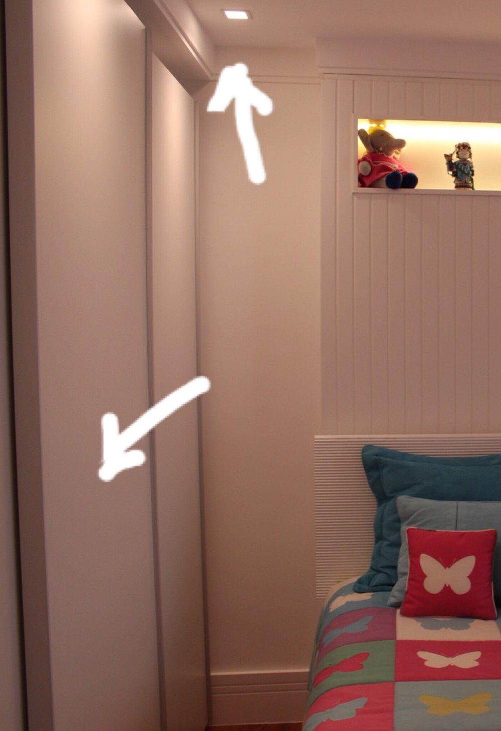 """Spots embutidos e portas brancas dos armários: """"sem graça""""..."""