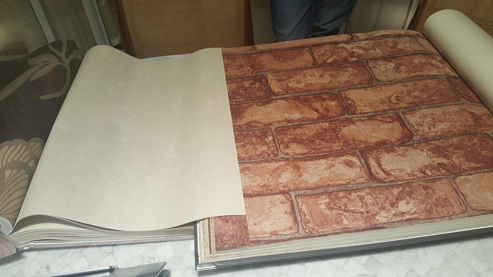 o papel de parede estampado que será usado em uma das paredes: tijolinhos com textura