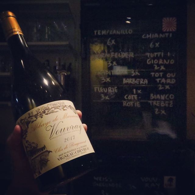 NEW WINE! More flavour, more ripeness, more smoothness to compliment the rich dishes served in Warung Rosie's. Chenin Blanc from Vouvray, Loire. Made by domaine Vigneau-Chevreau. #warungniet #pasteitje #chickenlivers #biodynamic #cheninblanc #plaice