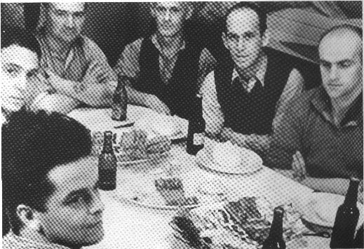 Frokost i folkelukafet ombord på Motorfyrskib nr. 1, ca: 1949. Fra venstre ses motorpasser K. Fack (Esbjerg), matrosasp. Petersen (Svendborg), motorpasser Svendsen (Kbh.), kok E. Rasmussen (Marstal), tømrer K.Jeppesen (Svendborg), og matros E. Jensen (Fanø). Føreren spiste for sig selv. Foto: K. B. Johansen (Marstal) - Kopi på Fiskeri- og Søfartsmuseet Esbjerg.