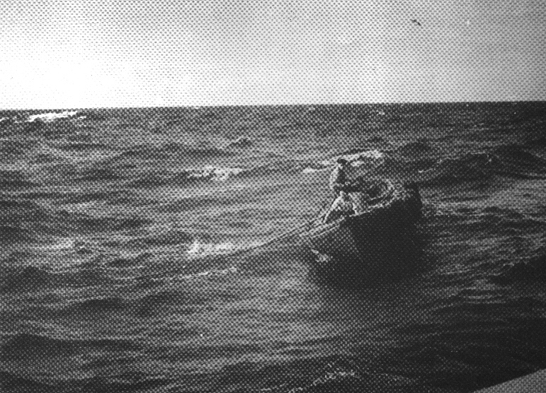 Skiftedag i Nordsøen: Skiftet foregik pr. båd fra inspektionsskibet til fyrskib. Da vejret ikke altid var roligt, som her ved HR 1 Fyrskib omkring 1950, kunne man få en smådramatisk start på en ny tør. Foto: K.B.Johansen (Marstal). Kopi: Fiskeri-og Søfartsmuseet.
