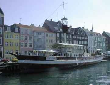 Das zum Restaurant umgebaute Motorfeuerschiff II, auf seiner üblichen Position in Nyhavn, Kopenhagen