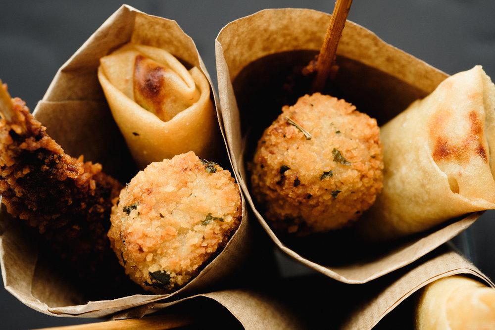 Cucurucho de fritos variados, croqueta, langostino al mojo rojo y rollito imperial vegano