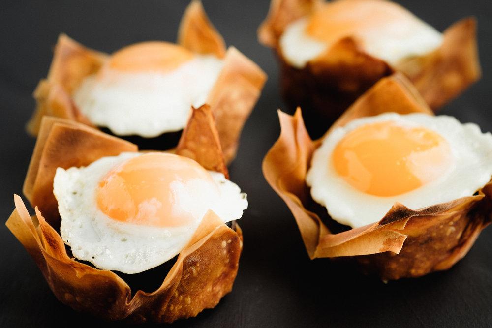 Cesta de morcilla de burgos con huevos de codornices