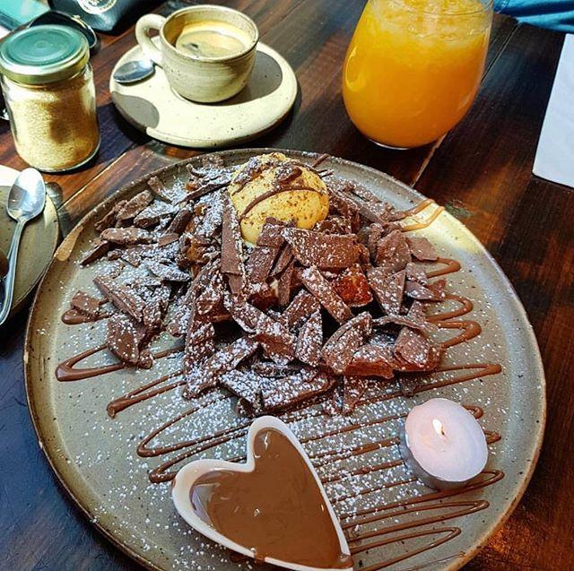 Ya probaste nuestro Waffle Clásico? La mezcla perfecta entre un crujiente y tibio waffle con lo fresco del helado y ramas de chocolate ❤️ . . . Gracias por la foto @our_way_adventure  #brusselschocolates #bardechocolates #brusselsheartofchocolate #foodporn #instafood #waffles #providencia