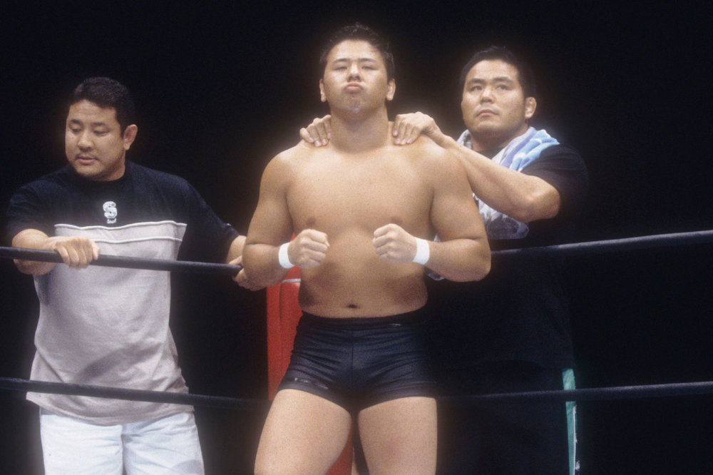 Condition immediately prior to the bell at the Super Rookie Debut Fight on August 29, 2002, against Tadao Yasuda. Seconds Manabu Nakanishi and Yuji Nagata can be seen as well. © 2014 SHINSUKE NAKAMURA / NEW JAPAN PRO WRESTLING / EAST PRESS.