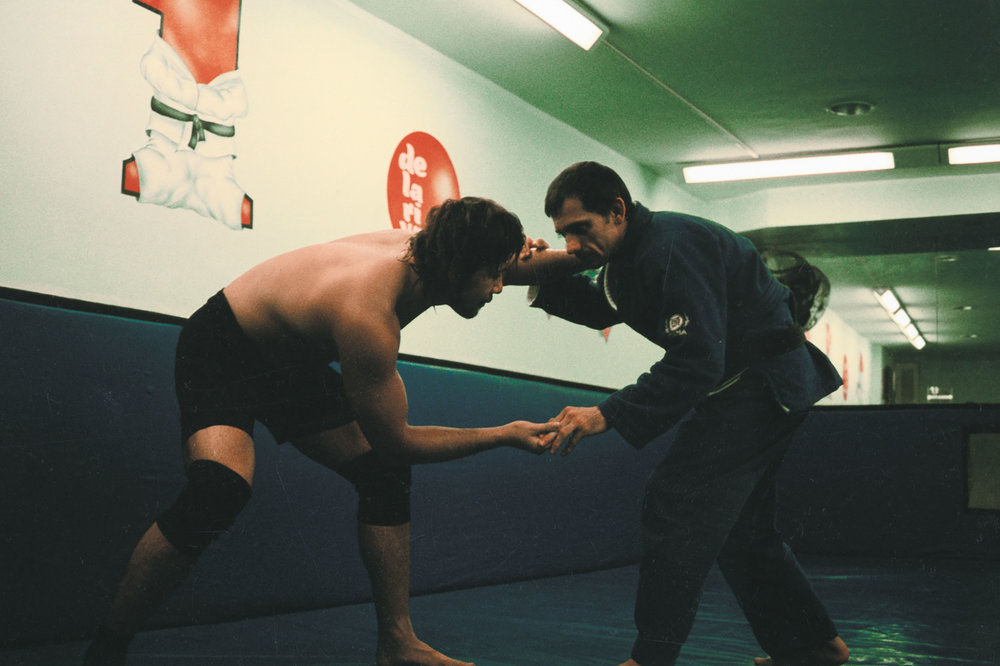 "Lessons at the dojo of Rickson Gracie, a big name in the world of Brazilian jiu-jitsu. ""I figured I came all the way to Brazil, so I stayed behind on my own and went over there."" © 2014 SHINSUKE NAKAMURA / NEW JAPAN PRO WRESTLING / EAST PRESS."