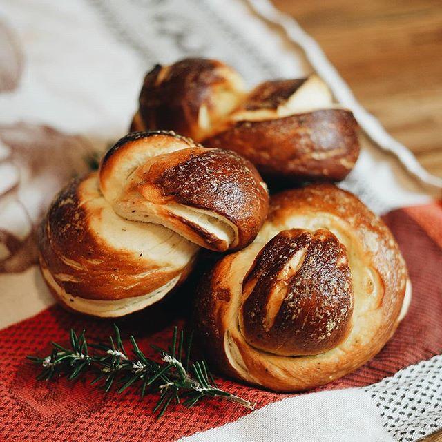 Nothing like some fresh baked @altonbrown pretzels rolls to warm up the home! - - - -  #pretzels #homebaking #bread #BONK #POSIN #baking #vsco #vscocam #altonbrown #homesweethome🏡 #remax