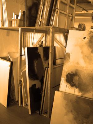 Démarche Artistique - Ma pratique artistique est fondée sur la dualité, l'expérimentation et la matérialité de la peinture. Elle réinterprète un héritage abstrait d'expressionisme lyrique et le renouvelle de façon contemporaine en lui ajoutant des notions opposées de volonté et de réflexion. Basée sur un processus qui laisse une certaine place au hasard, ma pratique permet un développement graduel de l'image.L'oeuvre devient le résultat d'un dialogue, d'une interaction, d'une danse, où les forces élémentaires de la gravité et du temps sont aussi actives que la marque laissée par le geste. Une fois que la composition initiale est suggérée par le travail, l'intention devient plus claire et est finalisée en utilisant des marques libres et des masses colorées. Ainsi les marques volontaires se mélangent au hasard des coulisses et à l'imprévisibilité des altérations de la matière.