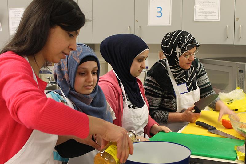Food Matters Manitoba  Cette expérience menée à Winnipeg (Manitoba) consistait à développer les connaissances alimentaires d'immigrants et de réfugiés afin qu'ils puissent surmonter les obstacles à un mode de vie sain, tout en s'acclimatant à leur nouvelle vie au Canada.