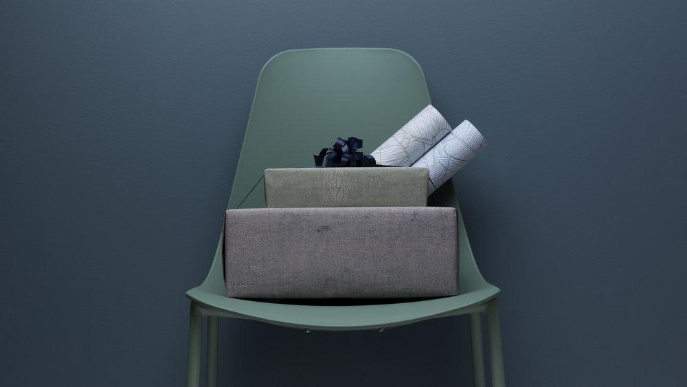 Grovt kraftpapir og mørkere toner gir et røft preg. Blå-, grønn- og burgunderfarger er høyaktuelle denne sesongen.