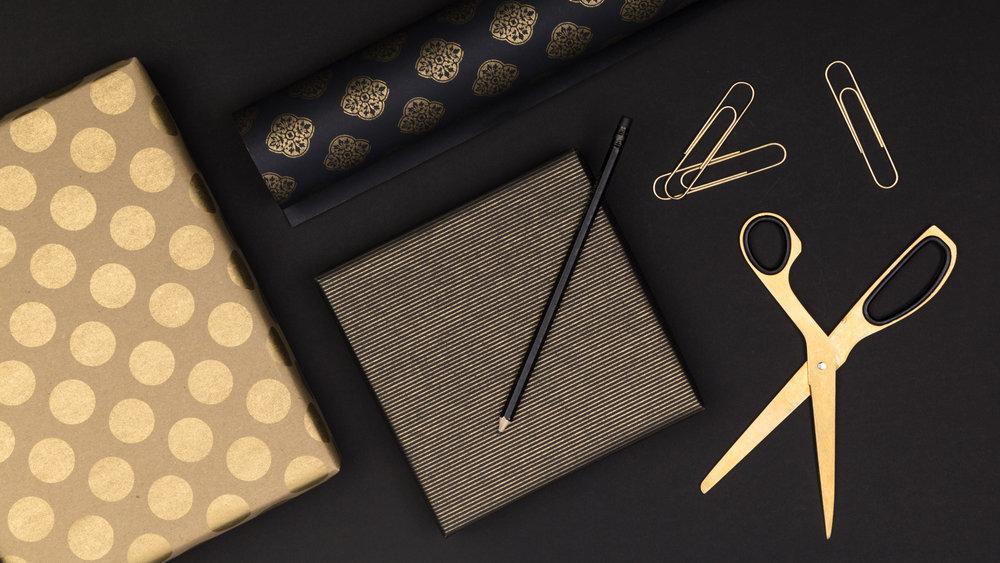 Kombinasjonen av gull, sort og brun kraft gir et stramt og minimalistisk preg.