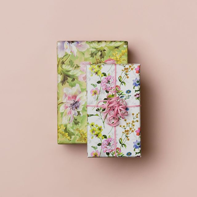 To av vårens favoritter: gavepapirene Flora og Painterly. Her med et komposterbart gavebånd av bomull.