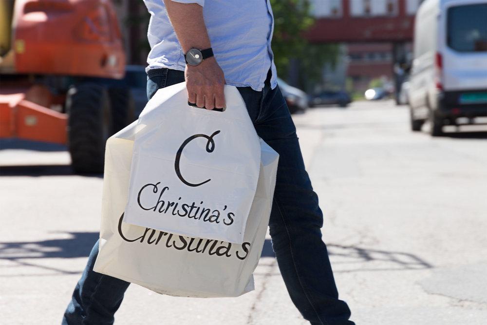 Christina's  på Gressvik i Fredrikstad selger moteklær til kvinner. De ser verdien i å bruke resirkulert plast fremfor lage ny, og har satset på poser av gjenbruksplast i to størrelser.