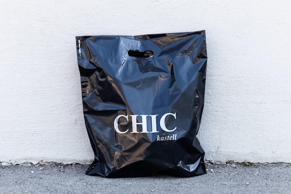 CHIC Kastell  i Sande i Vestfold selger moteklær for kvinner, og velger poser av gjenbruksplast for å spare miljøet! Posene er laget av sort gjenbruksfolie, som er noe mattere enn vanlig folie av ny plast. Rent praktisk oppfører gjenbruksfolien seg akkuat som vanlig plast, og tåler like mye.