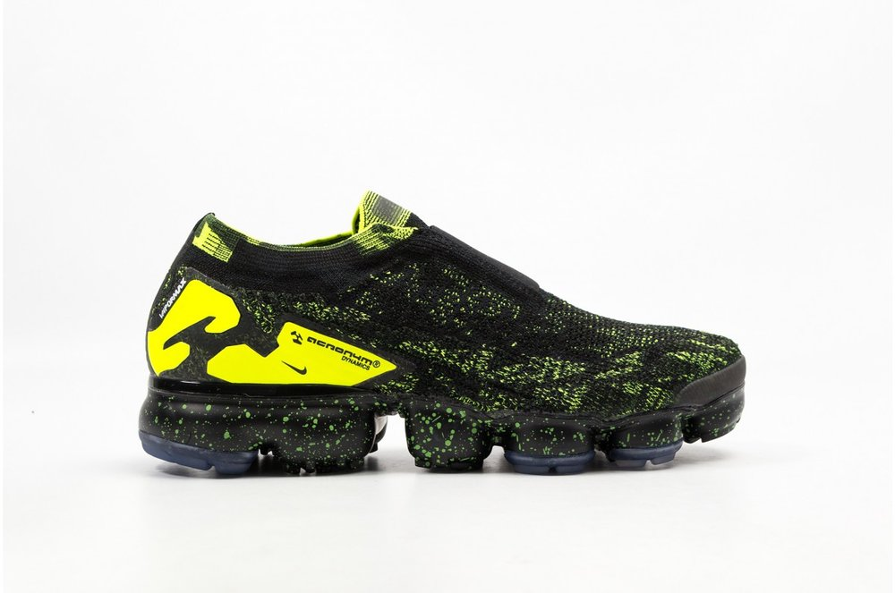 Nike and Acronym ® founder Errolson Hugh reimagine the pioneering Nike Air VaporMax. The design desperado tips his hat to the breakthrough sneaker, putting forth a design that evokes the art of disguise and an unexpected vision of the future. Acronym® camo prints dominate the Nike Flyknit upper, while the laceless design, modified heel clip and bold texture treatments reflect Errolson's trademark industrial aesthetic. A speckled Flyknit upper and the first fully-painted Air VaporMax unit evoke the vastness of a night sky on the frontier.