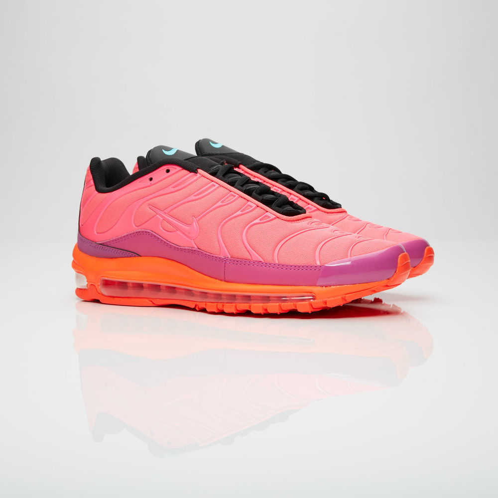 The expanding family of Nike hybrids is steadily growing. This time the Nike Air Max 97 Plus shows a Nike Air Max Plus, otherwise known as Nike TN, with a Nike Air Max 97 midsole, well recognizable for its big window. The known flame-like design is kept in a synthetic cage combined with an eye-catching Racer-Pink color. The lower half compliments the upper in tonal pink while the tongue and lining are kept in black.