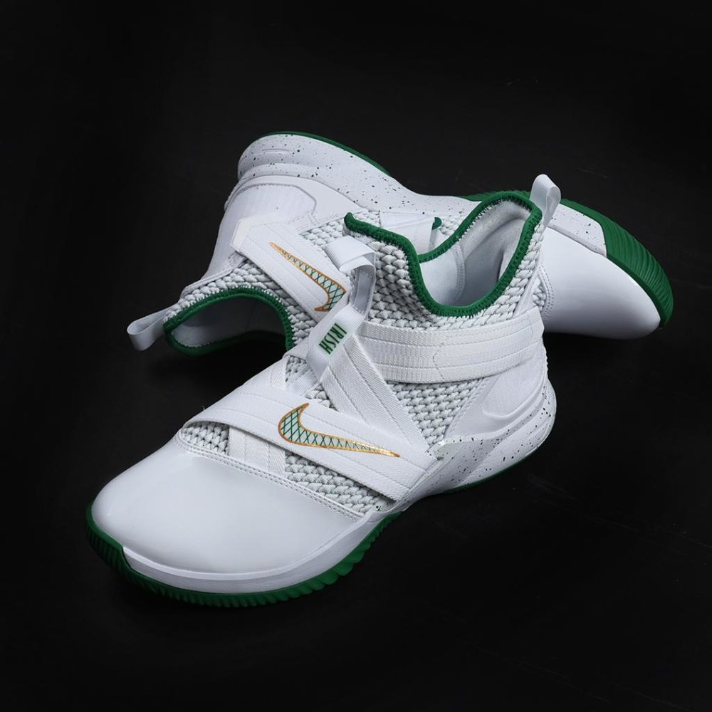 The LeBron Soldier XII SVSM Men's Basketball Shoe delivers lightweight, responsive comfort on the court with Nike Zoom Air cushioning. Adjustable hook-and-loop straps offer personalized, secure lockdown.