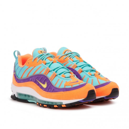 Nike has decided to give its Air Max 98 a top spot this year. 2018 coincides with the twentieth anniversary of the model created by Sergio Lozano, designer, among others, of the iconic Air Max 95. Several OG colorways have already been reissued in January and, this time, the release is an entirely new and unique version of the silhouette. This Nike Air Max 98 QS Cone Tour Yellow Hyper Grape is a limited edition, Nike Quickstrike, from the Spring 2018 collection