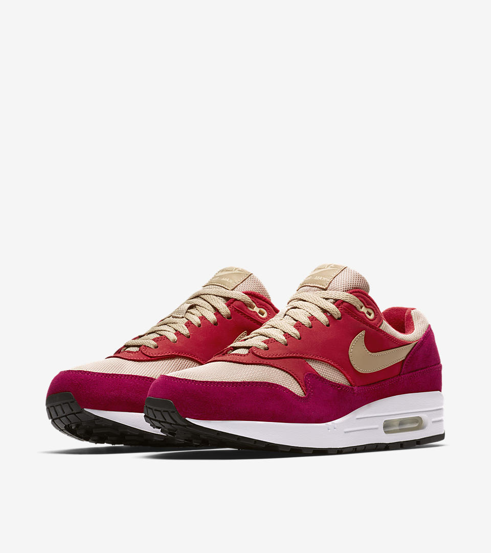 """The Air Max 1 """"Curry"""" was served up in 2003, during what was dubbed the """"Golden Era"""" of Air Max 1 due to popular opinion on the sneaker's appealing shape and choice materials. The Air Max 1 Premium Retro gives a hearty nod to the spicy original, adhering to gold standards with a fan-favorite profile constructed from leather, suede and breathable mesh. This new """"Red Curry"""" iteration joins the Curry Pack, maintaining a comfortable level of heat with a warm color combination."""