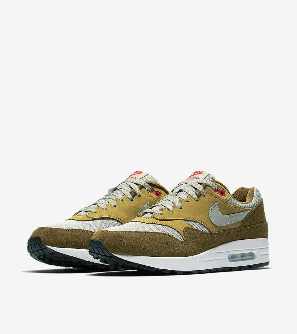 """The Air Max 1 """"Curry"""" was served up in 2003, during what was dubbed the """"Golden Era"""" of Air Max 1 due to popular opinion on the sneaker's appealing shape and choice materials. The Air Max 1 Premium Retro gives a hearty nod to the spicy original, adhering to gold standards with a fan-favorite profile constructed from leather, suede and breathable mesh. This new """"Green Curry"""" iteration joins the Curry Pack, maintaining a comfortable level of heat with a warm color combination."""