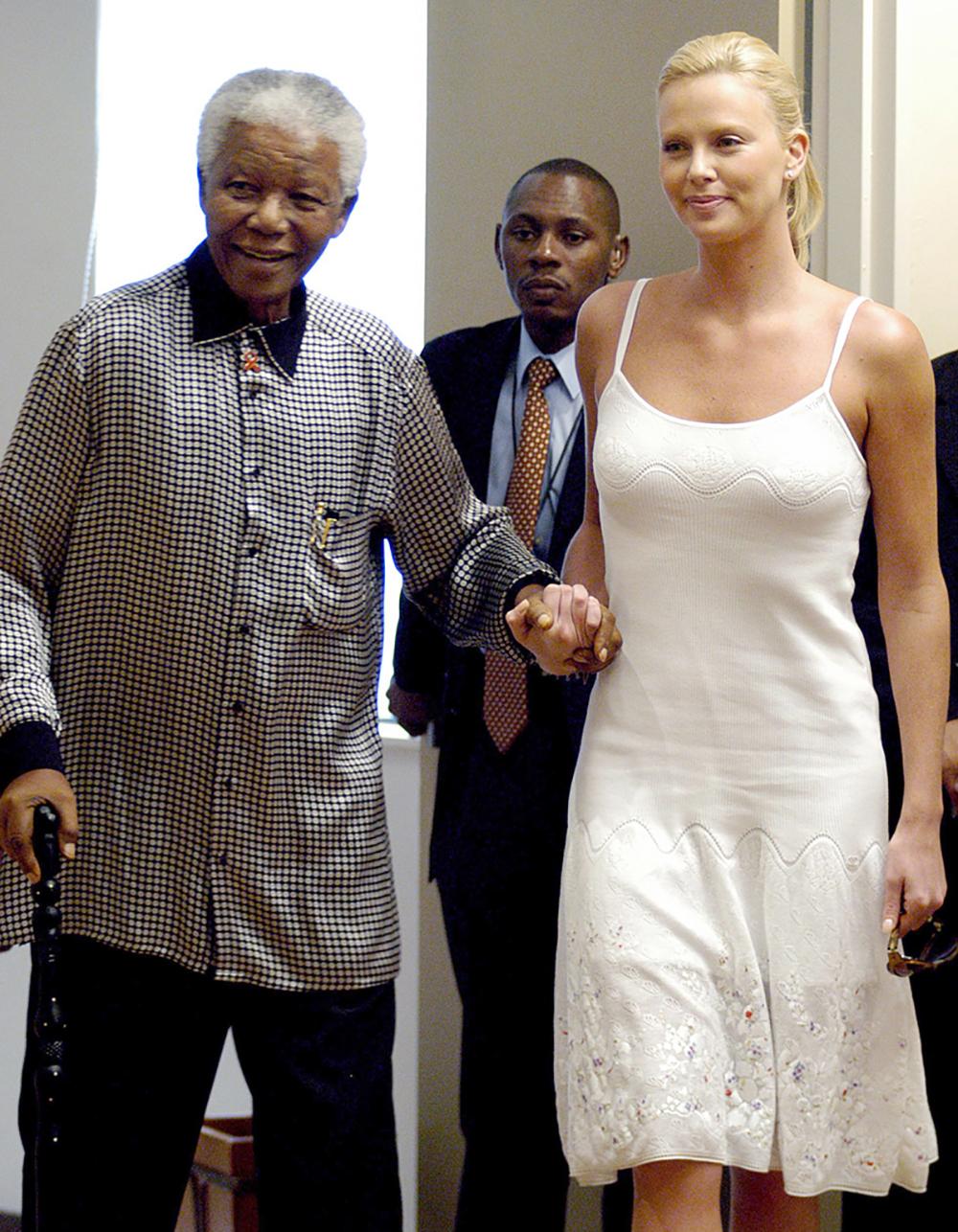 Charlize-Theron-et-Nelson-Mandela-le-11-mars-2004.jpg