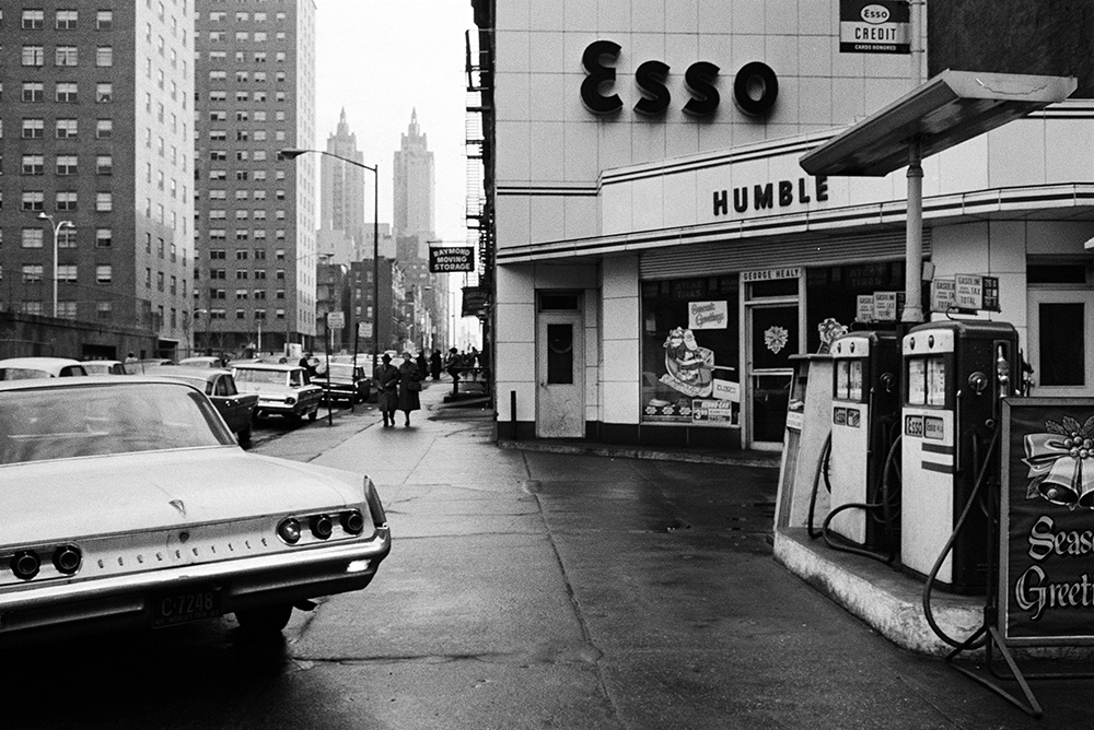 Stephen Shore. New York, New York. 1964. Gelatin silver print, 9 1/8 × 13 1/2″ (23.2 × 34.3 cm). Courtesy the artist. © 2017 Stephen Shore