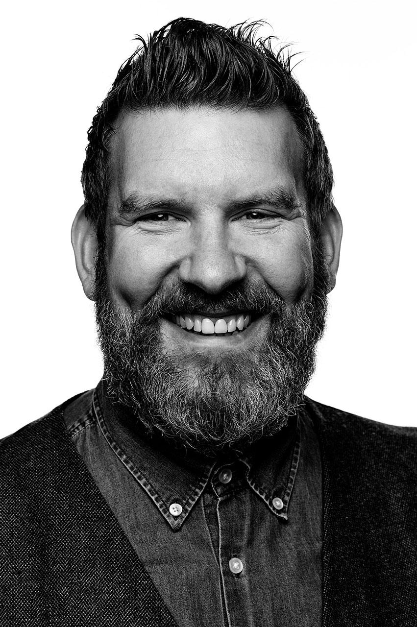 """JAN THIEL - Co-Founder mit 10 Jahren Expertise als Executive Creative Director in Multimedia-Events und Live-Marketing. In Großprojektionen, vertikale Performance, Holographie und interaktive 3D-Mappings für Kunden aus Automotive, IT und Technik, Architektur, Fashion bis TV & Medien. Lehrbeauftragter an der AMD im Bereich """"Live Communication"""".MAIL HIM"""
