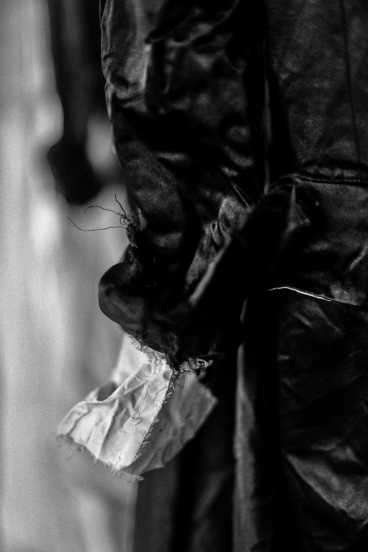 - Elena Dawson в каждой своей вещи рассказывает маленькую истрию. Где-то между произведений Лорда Байрона и Тима Бертона, предметы одежды созданные Elena Dawson обладают уникальной ретро-готической энергией.