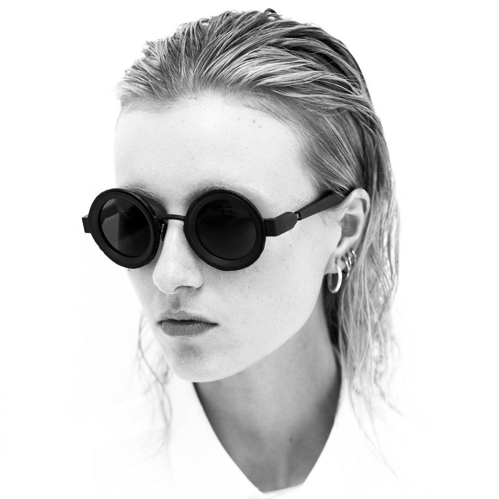 - Марка KUBORAUM была основана в феврале 2012 года в Берлине. KUBORAUM - это олицетворение искусства, архитектуры, шаманизма, музыки и дизайна. Солнцезащитные очки и оправы Kuboraum - это современный, стильный и авангардный аксессуар который подчеркнет уникальность своего обладателя.