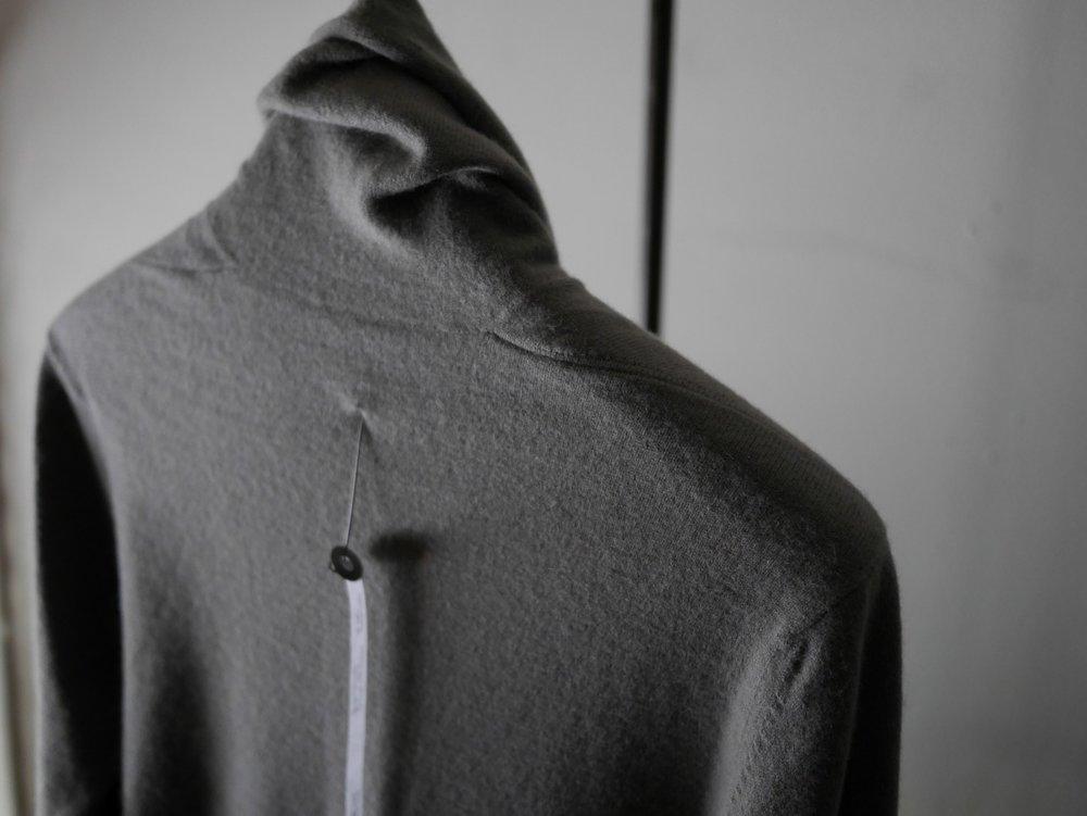 LABEL UNDER CONSTRUCTION - Итальянский бренд мужской одежды Label Under Construction, созданный в 2003 году Лукой Лаурини (Luca Laurini), интересен, прежде всего, своими инновационными разработками в трикотажном производстве и методом скульптурного кроя, который позволяет создавать идеальные фасоны. Стиль марки — урбанистический минимализм, подразумевающий аскетичный дизайн и монохромную серо-черную гамму.