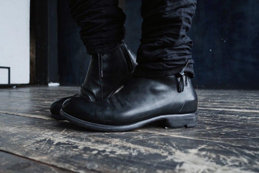 Layer-0 - Бренд Layer-0 создан итальянским дизайнером Alessio Zero. Изначально по професии, Alessio портной и кройщик, но позже он овладел мастерством изготовления обуви, став чуть ли не лучшим мастером в мире. Для достижения уникального и непревзойденого результата используется вощенная, смазанная маслом и всевозможно обработанная кожа лошади или теленка, а зачастую используются и такие материалы, как лен, деним и даже конопля. Использование таких материалов и старинных техник кроя придает каждой вещи вневременной статус. Каждая вещь изготовленна вручную в маленьком производстве в Италии под личным контролем самого Alessio. В России Layer-0 исключительно представлен в D A D.