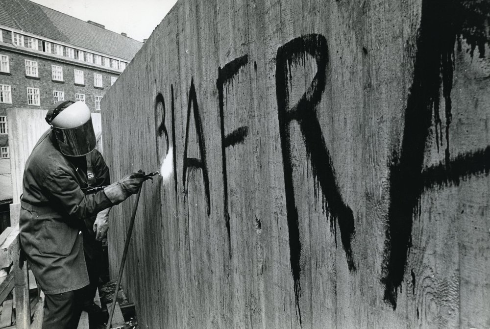 Alongside the Vietnam War and the Prague Spring, the Biafran uprising and war in 1967–1970 was one of the most prominent international conflicts of its time, and HYY sympathised with Biafra. The creator of the graffiti removed from the Temppeliaukio church wall is unknown, but suggestive glances were made towards Leppäsuo.