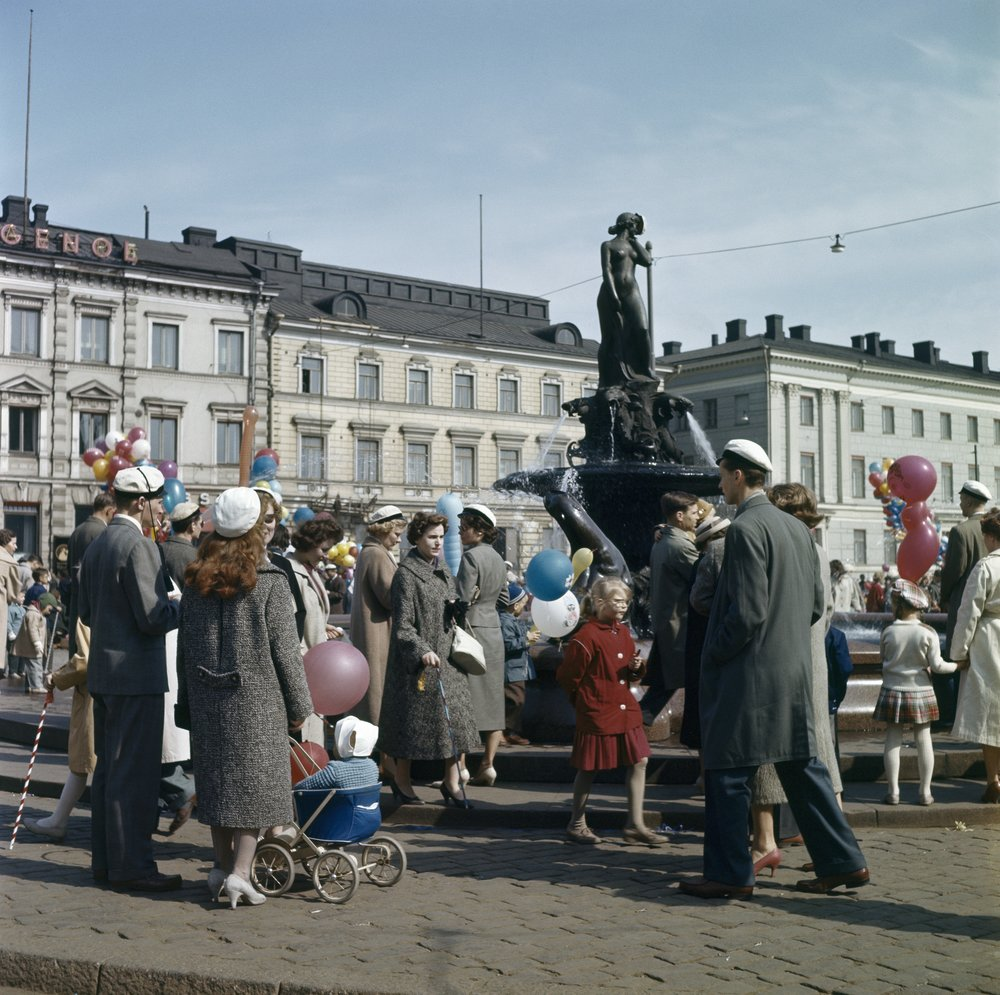 The tradition of crowning Manta began in 1909. Originally, the crowning was done in secret during the wee hours of the morning without asking for permission. From 1951 onwards, the crowning has been done with permission.  Photo: Helsinki City Museum, 1950s