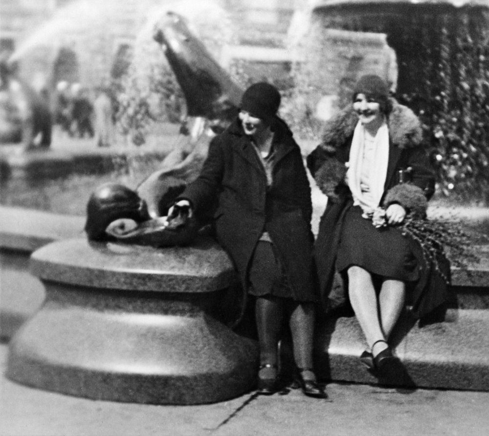 Celebrating May Day at Manta quickly turned into a common tradition. Its popularity might be explained by the central location of the statue between Esplanadi and the Market Square. Ethnologist Sakari Pälsi immortalised the tradition in a photograph in 1929.  Photo: Helsinki City Museum / Sakari Pälsi, 1929