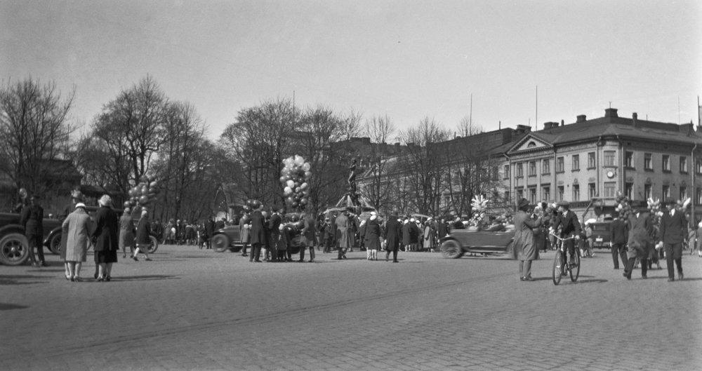 At first, Manta was met with sharp criticism. Conservative parties considered the statue indecent, as the model was presumed to have been a prostitute. The women's movement accused the statue of objectifying women. Despite the criticism, Manta managed to win a place in the hearts of the residents of Helsinki and particularly students in time.  Photo: Helsinki City Museum / Kaarina Rohtula, née Kivinen, 1928