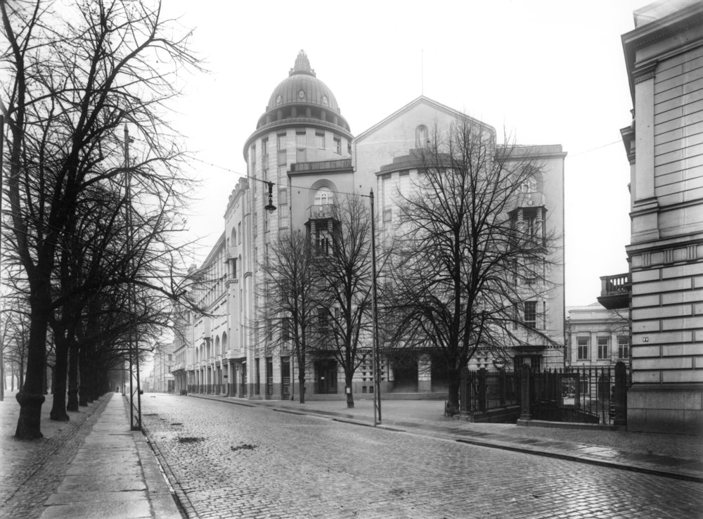 The New Student House was originally known as the house of student nations. The actual staircase of Staircase A still boasts the original coats of arms that decorated the student nations' original premises. Even though a few nations have their own house in use, most of them still operate in premises granted by HYY.  Photo: Helsinki City Museum, Eric Sundström.