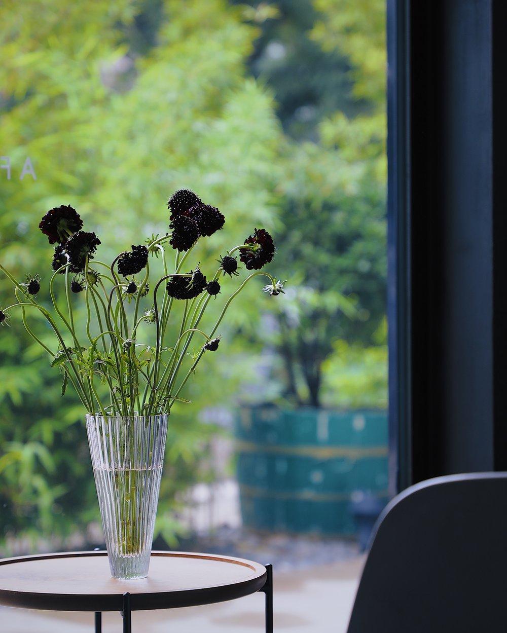 SUGA HARA - 菅原工芸硝子成立于1932年,坐落在在日本千叶县九十九里町。虽然sghr在日本玻璃制品行业的地位非常高,但工坊的面积并不大,每天只有30 位手工匠人在这里进行创作和生产玻璃器皿。对于sghr的每一位匠人来说,玻璃是有温度的,是有生命的,坚硬但也柔软。他们就像造物主一样,每一个手工打磨出来的玻璃,即便是同一个造型也各有各的性格和特点。