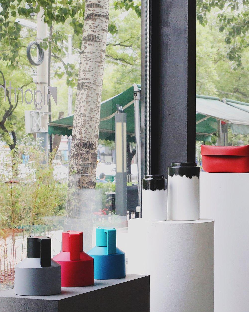 Normann Copenhagen - Normann Copenhagen 于1999年由Jan Andersen 和Poul Madsen 共同成立,目标是为设计产业带来革新。Normann Copenhagen 的产品拥有简洁的造型和活泼的色彩,一眼便可识别。我们注重的是实用和美学并存,结合丹麦传统手工工艺和现代工业技术,打造外观优雅、能够搭配各种风格环境的家具。