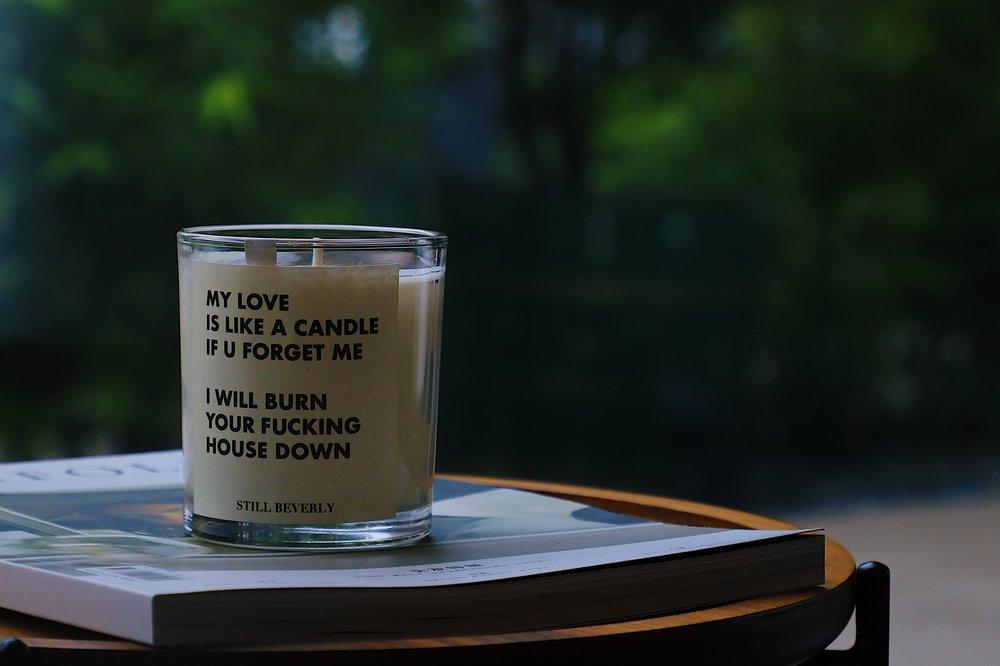 STILL BEVERLY  香氛蜡烛目前的统一香型为木质馥奇香,以檀木为主调 营造出清甜的草木香气 充满了复古而忧愁的贵族气息。STILL BEVERLY 邀请调香师将安提诺乌斯的浪漫与忧愁注 入香氛蜡烛之中,每当点燃烛火,让嗅觉带领我们都置身于那段 伟大而诗意的爱情故事里,任性的皇帝,忧愁的美少年,哈德良和安提诺乌斯仿佛前事就在眼前。